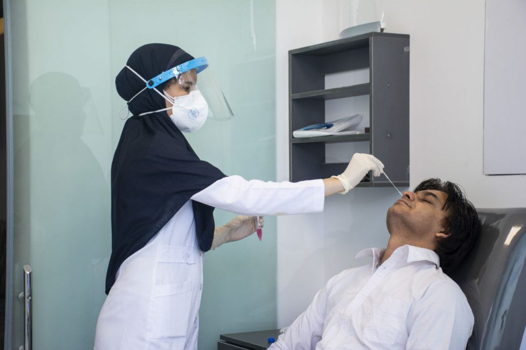 استخدام نمونه گیر PCR در آزمایشگاه بهمن طب