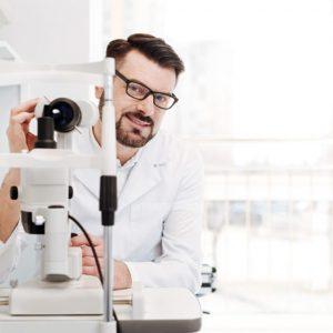 نیازمند متخصص چشم پزشک