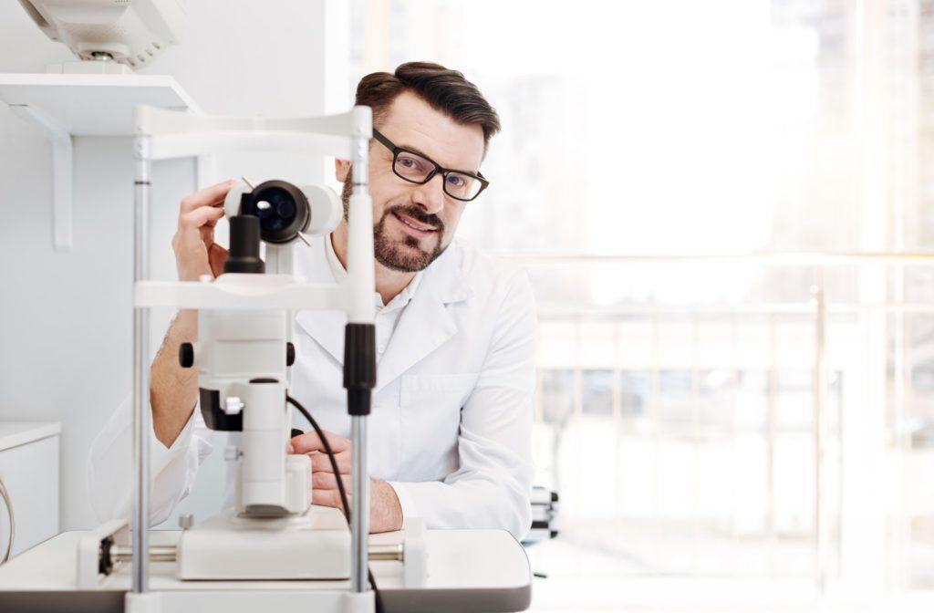 نیازمند متخصص چشم پزشک درمانگاه آئین شمس